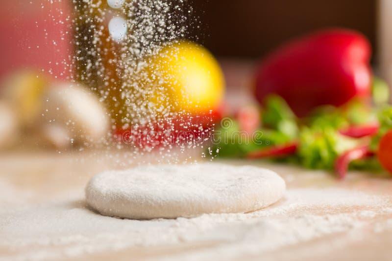 Ζύμη για την ιταλική προετοιμασία πιτσών στοκ εικόνες με δικαίωμα ελεύθερης χρήσης