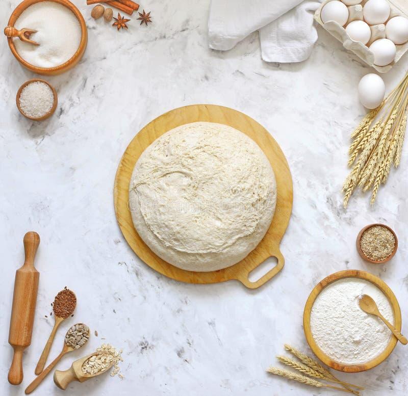Ζύμη ζύμης για το ψωμί, πίτσα, πίτα, τοπ άποψη στοκ εικόνες