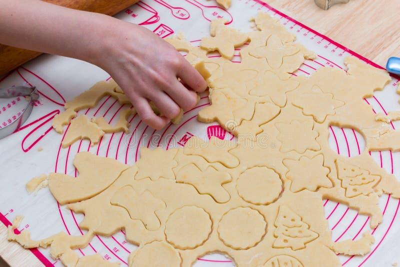 Ζύμη με τα αποκόπτω? μπισκότα έτοιμα να ψήσουν στοκ εικόνα με δικαίωμα ελεύθερης χρήσης