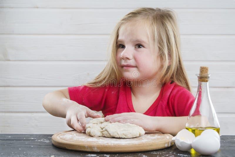 Ζύμη μωρών Μάγειρας Ανάπτυξη του παιδιού στοκ φωτογραφίες