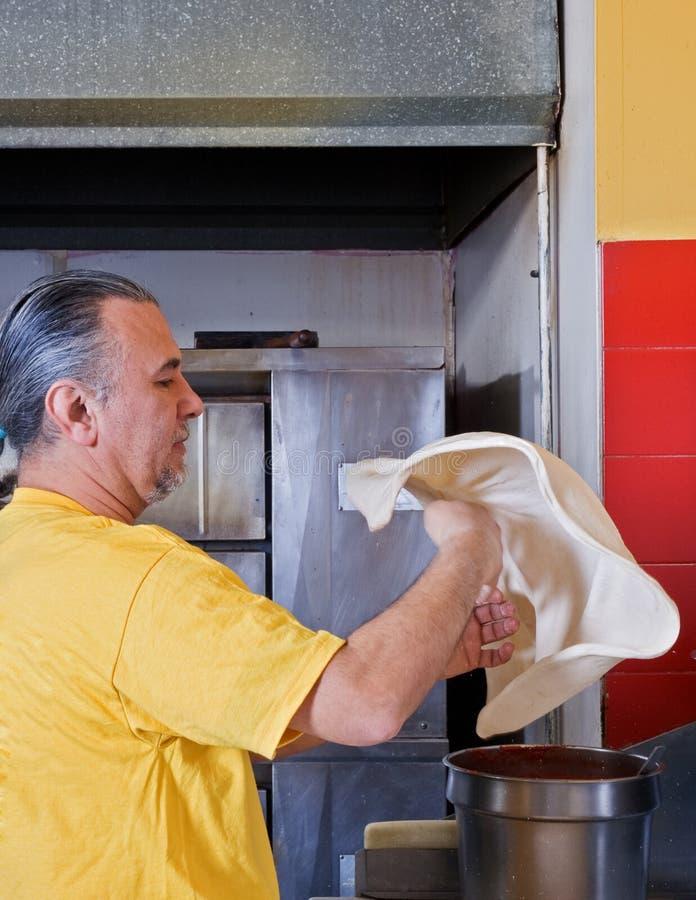 Ζύμη ρίψης κατασκευαστών πιτσών στοκ φωτογραφία με δικαίωμα ελεύθερης χρήσης