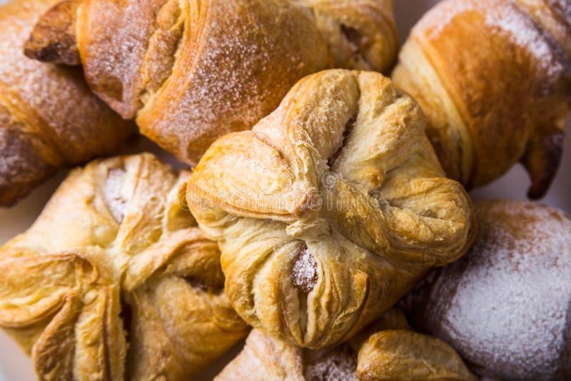 Ζύμη ριπών ψησίματος με μια γλυκιά πλήρωση για την έννοια τσαγιού ή μεσημεριανού γεύματος στοκ φωτογραφία