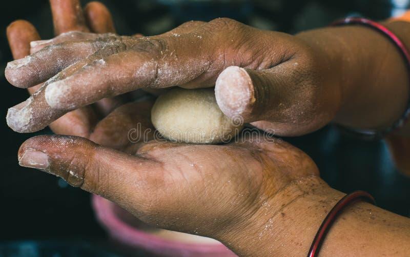 Ζύμη σίτου στα χέρια της ινδικής γυναίκας στοκ εικόνες