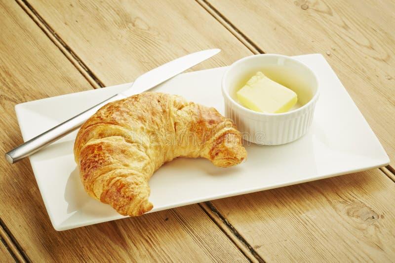 Ζύμη Croissant στο άσπρο πιάτο στοκ εικόνα με δικαίωμα ελεύθερης χρήσης
