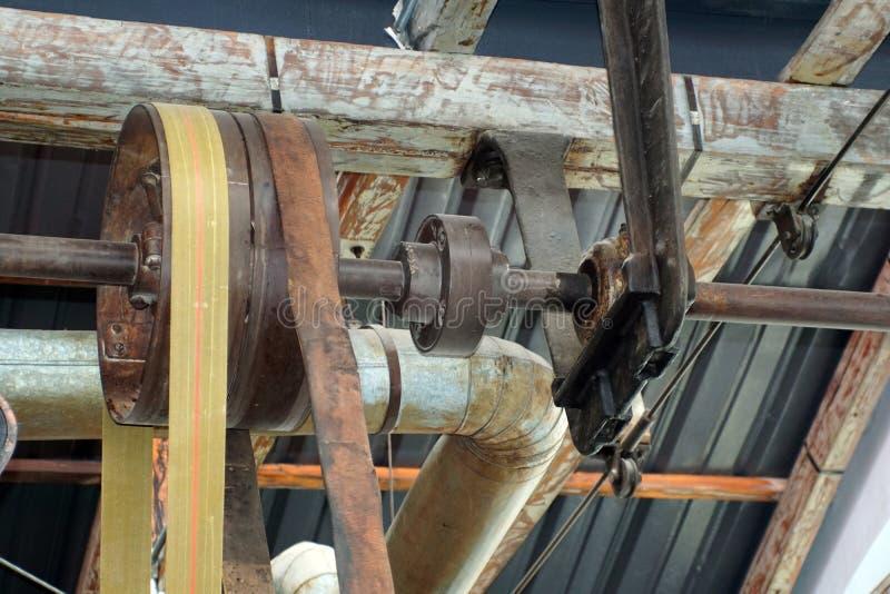 Ζώνες και τροχαλίες σε ένα παλαιό εργοστάσιο επεξεργασίας βαμβακιού στοκ εικόνα με δικαίωμα ελεύθερης χρήσης