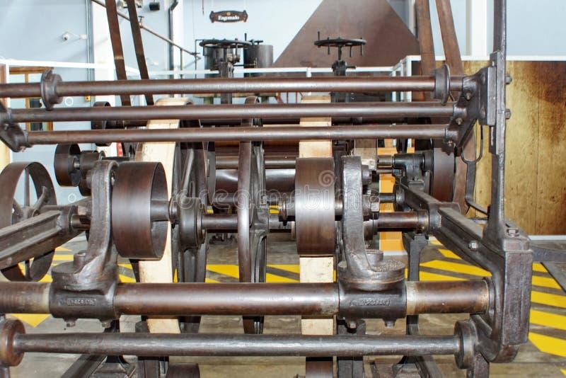 Ζώνες και τροχαλίες στα μηχανήματα σε ένα παλαιό εργοστάσιο επεξεργασίας βαμβακιού στοκ εικόνα