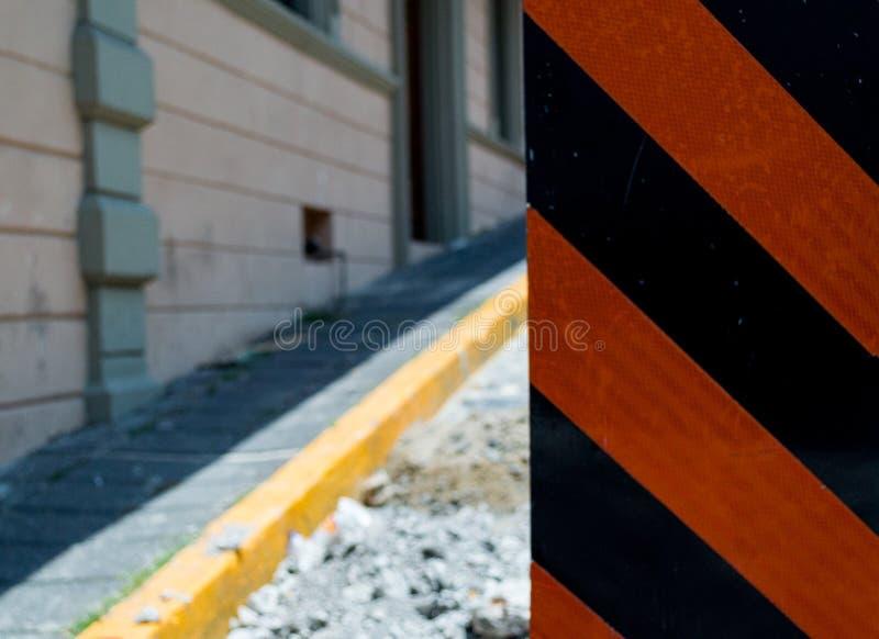 Ζώνη κατασκευής με το σημάδι στην οδό στοκ φωτογραφία με δικαίωμα ελεύθερης χρήσης