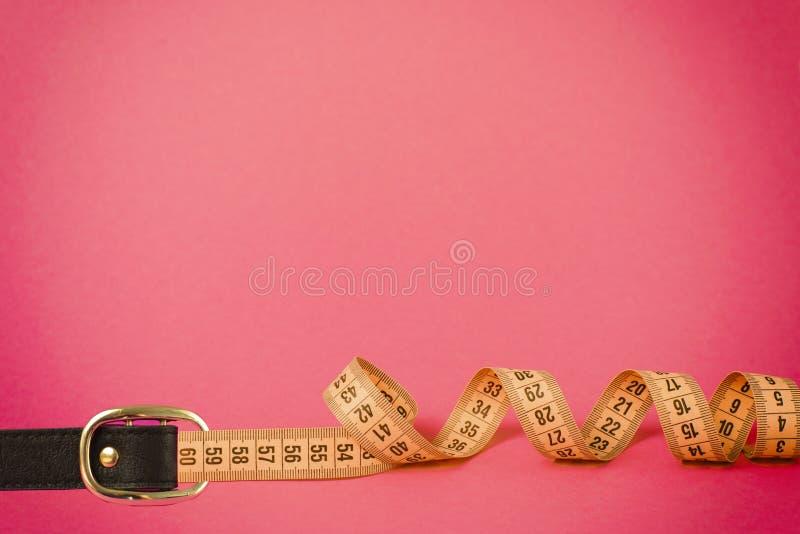 Ζώνη πορπών μέτρου ταινιών για τη μέτρηση περιμέτρου μέσης απώλειας βάρους στοκ φωτογραφίες με δικαίωμα ελεύθερης χρήσης