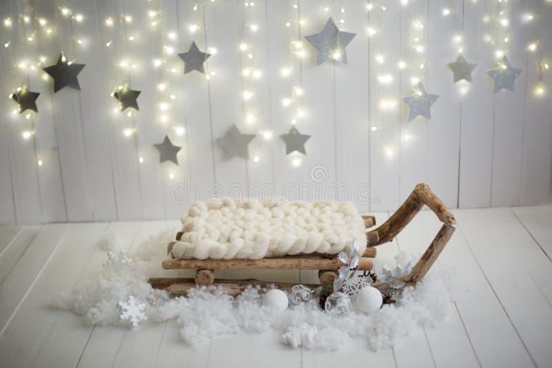 Ζώνη φωτογραφιών Χριστουγέννων λευκό απομόνωσης ντεκόρ Χριστουγέννων τεχνητό χιόνι στοκ φωτογραφία