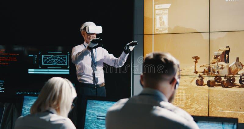 Ηγέτης αποστολής του Άρη που χρησιμοποιεί την κάσκα VR στοκ φωτογραφία με δικαίωμα ελεύθερης χρήσης