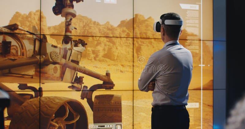 Ηγέτης αποστολής του Άρη που χρησιμοποιεί την κάσκα VR στοκ εικόνες με δικαίωμα ελεύθερης χρήσης