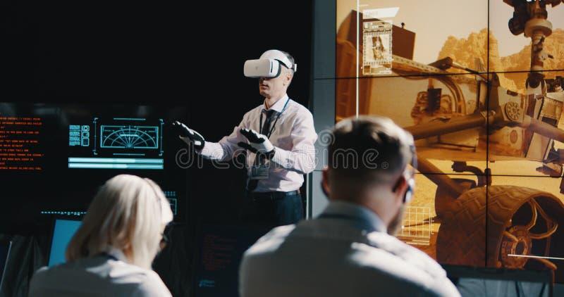 Ηγέτης αποστολής του Άρη που χρησιμοποιεί την κάσκα VR στοκ εικόνες