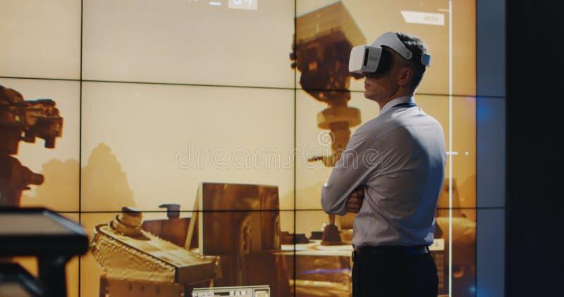 Ηγέτης αποστολής του Άρη που χρησιμοποιεί την κάσκα VR στοκ φωτογραφίες με δικαίωμα ελεύθερης χρήσης