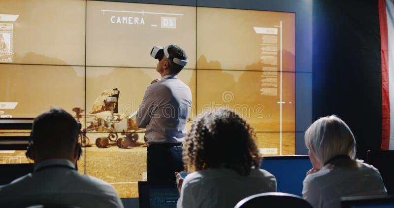 Ηγέτης αποστολής του Άρη που χρησιμοποιεί την κάσκα VR στοκ εικόνα με δικαίωμα ελεύθερης χρήσης