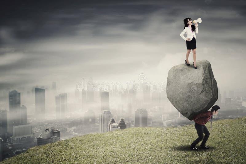 Ηγέτης θηλυκών και ο υπάλληλός του στο λόφο στοκ εικόνες