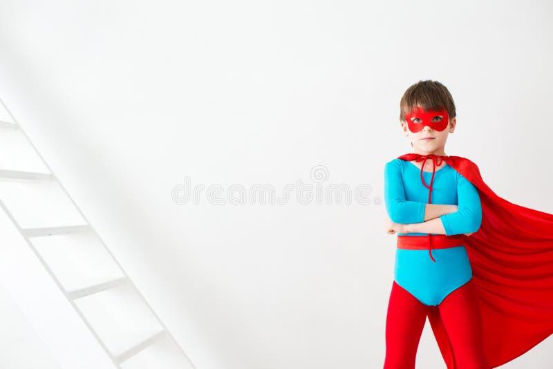 Ηγέτης Ο έξοχος ήρωας αγοριών σε έναν κόκκινο επενδύτη στοκ εικόνες