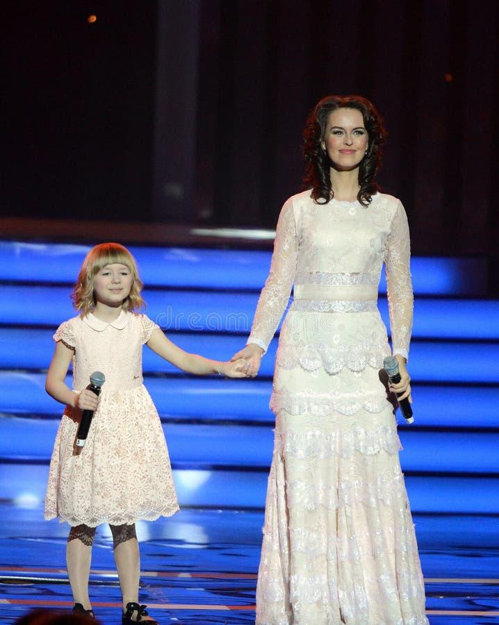 Ηθοποιός Alena Bikkulova και φιναλίστ του ` παιδιά ` Yaroslava Degtyareva φωνής †« στοκ εικόνες