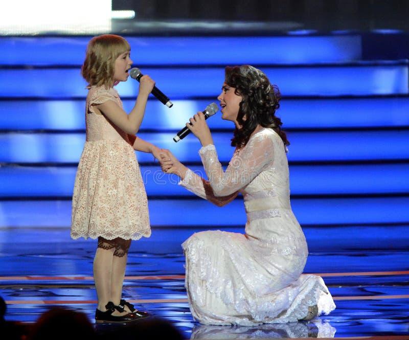 Ηθοποιός Alena Bikkulova και φιναλίστ των παιδιών ` Yaroslava Degtyareva φωνής ` στοκ εικόνες