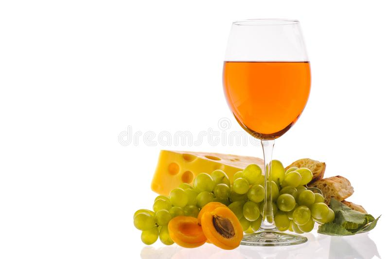 Ηλέκτρινο κρασί Κρασί σε ένα γυαλί κοντά στα φρούτα στοκ φωτογραφία με δικαίωμα ελεύθερης χρήσης