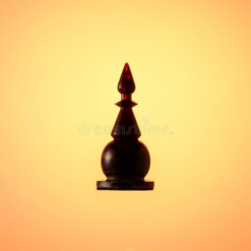 Ηλέκτρινο σύνολο σκακιού Μαύρος επίσκοπος κομματιού σκακιού στο χρυσό υπόβαθρο κλίσης στοκ εικόνα