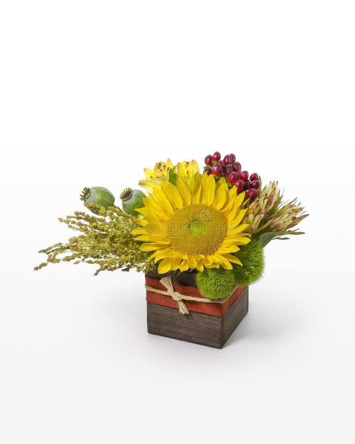 Ηλίανθος και μικτή ρύθμιση λουλουδιών Σύγχρονο floral σχέδιο σε ένα αγροτικό κιβώτιο για τον ανθοκόμο στοκ εικόνες