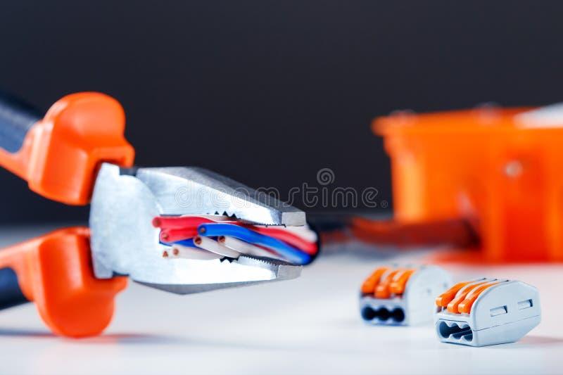 Ηλεκτρικά συστατικά και εργαλείο Έννοια επισκευής Υπόβαθρο βιομηχανίας στοκ φωτογραφίες