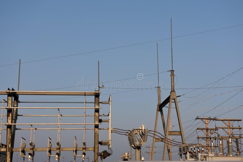 Ηλεκτρικές γραμμές προμήθειας δύναμης υποσταθμών και υψηλής τάσης στο Ουαϊόμινγκ στοκ εικόνες