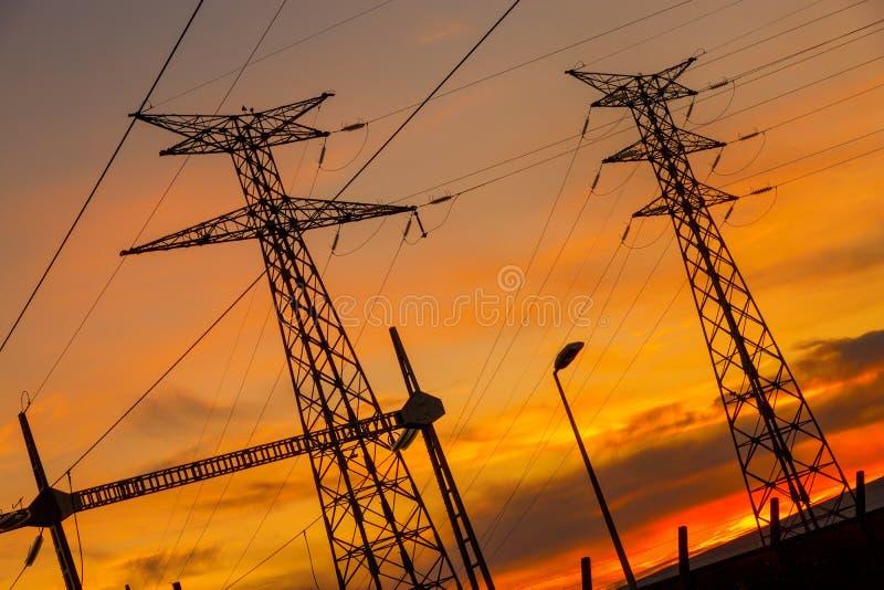 Ηλεκτρικές ενεργειακές εγκαταστάσεις καλωδίων στο ηλιοβασίλεμα στοκ φωτογραφία με δικαίωμα ελεύθερης χρήσης
