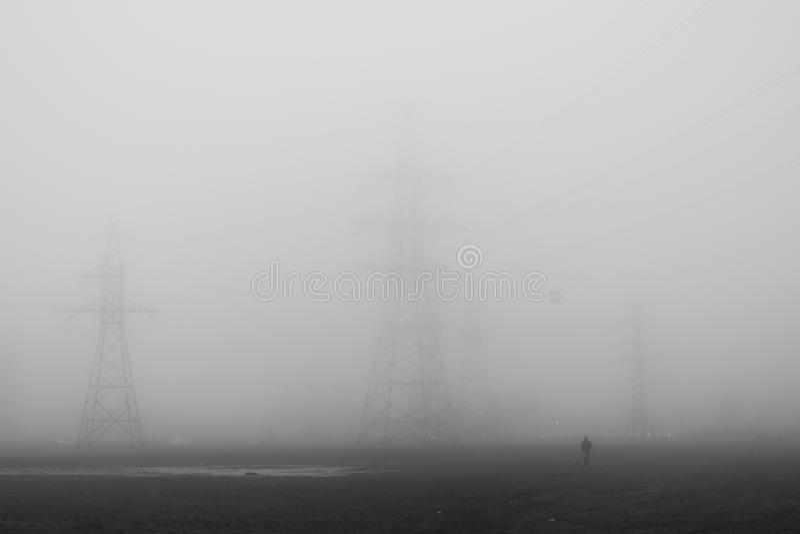 Ηλεκτρική γραμμή μετάδοσης στην ομίχλη στοκ εικόνες με δικαίωμα ελεύθερης χρήσης