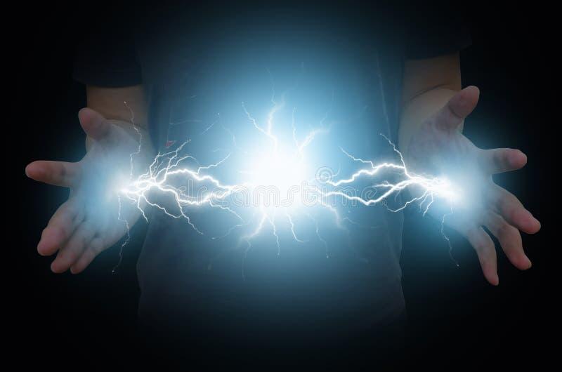 Ηλεκτρική δύναμη από τα χέρια του μαγικού ατόμου στοκ εικόνα
