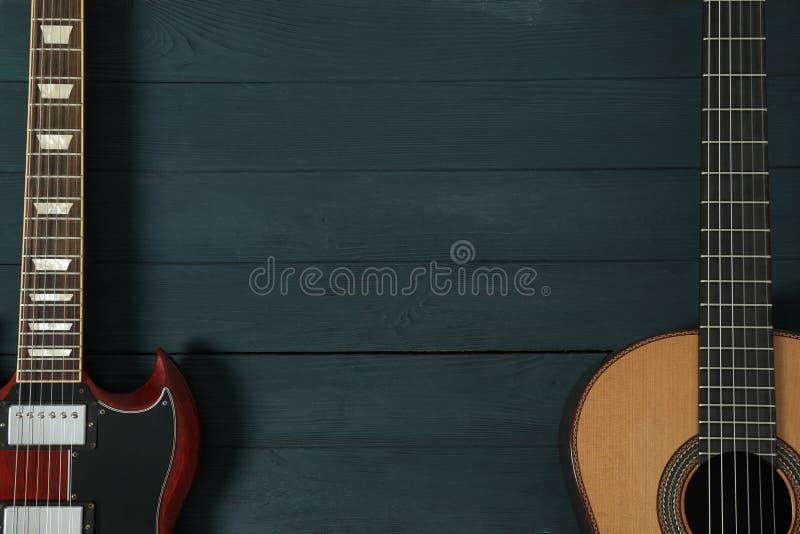 Ηλεκτρική και κλασική κιθάρα στο ξύλινο υπόβαθρο στοκ εικόνες