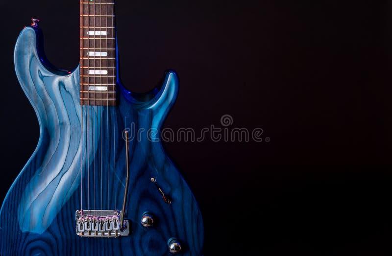 Ηλεκτρική κιθάρα, σκούρο μπλε woodgrain, σειρά 6 που απομονώνεται στο Μαύρο στοκ φωτογραφίες