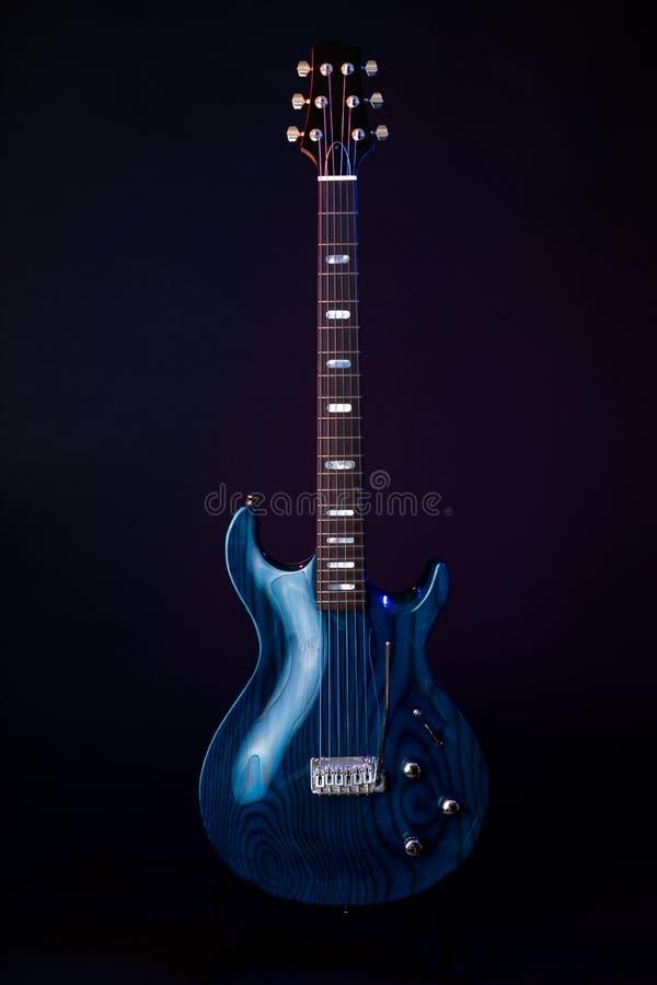 Ηλεκτρική κιθάρα, σκούρο μπλε woodgrain, σειρά 6 που απομονώνεται στο Μαύρο στοκ εικόνες