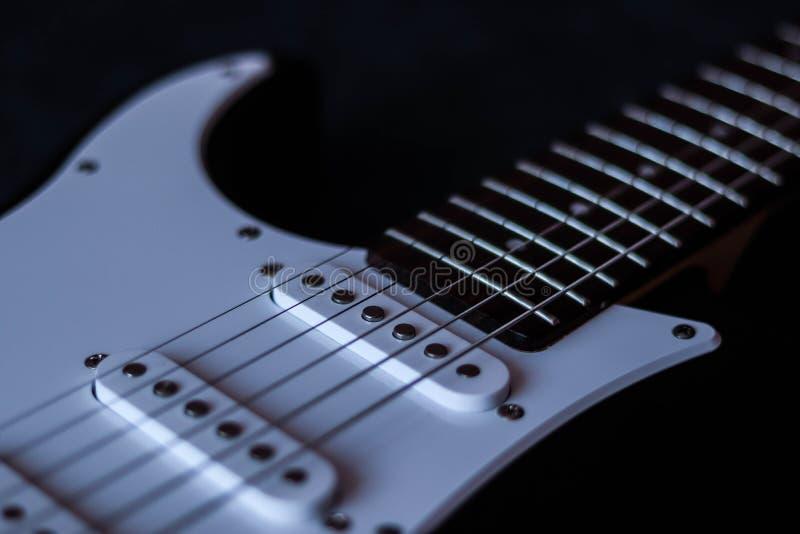 Ηλεκτρική κιθάρα στο σκοτεινό υπόβαθρο στοκ εικόνες
