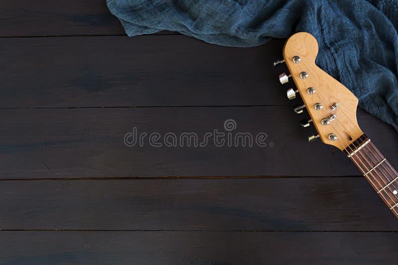 Ηλεκτρική κιθάρα στο σκοτεινό υπόβαθρο στοκ εικόνα με δικαίωμα ελεύθερης χρήσης