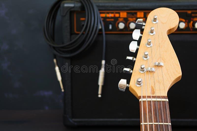 Ηλεκτρική κιθάρα στο σκοτεινό υπόβαθρο στοκ εικόνα