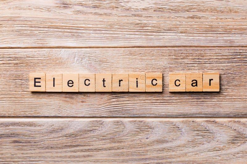 Ηλεκτρική λέξη αυτοκινήτων που γράφεται στον ξύλινο φραγμό Ηλεκτρικό κείμενο αυτοκινήτων στον ξύλινο πίνακα για σας, έννοια στοκ φωτογραφία