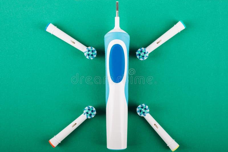 Ηλεκτρική οδοντόβουρτσα σε ένα πράσινο υπόβαθρο στοκ φωτογραφία με δικαίωμα ελεύθερης χρήσης