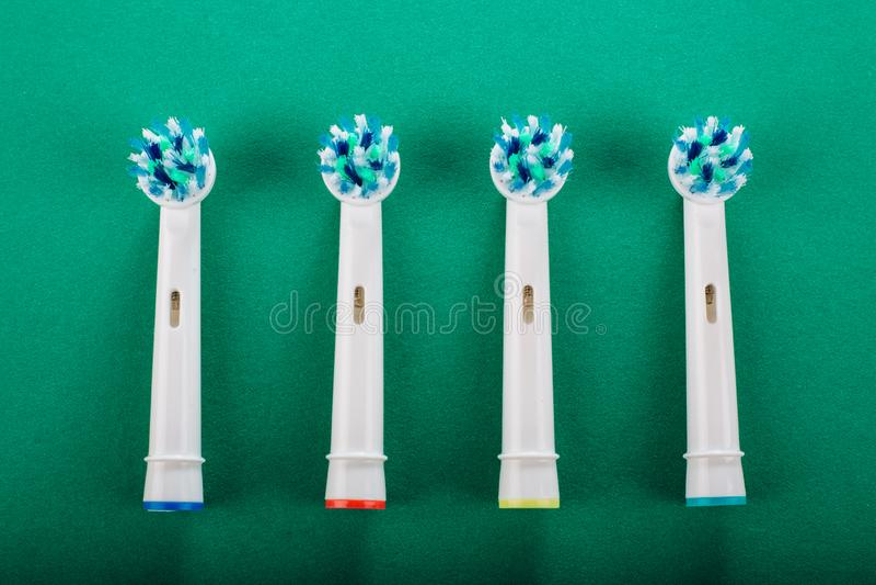 Ηλεκτρική οδοντόβουρτσα σε ένα πράσινο υπόβαθρο στοκ φωτογραφίες