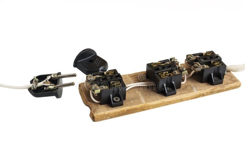 Ηλεκτρική υποδοχή στην ξύλινη πινακίδα και το ηλεκτρικό βούλωμα στοκ φωτογραφίες με δικαίωμα ελεύθερης χρήσης