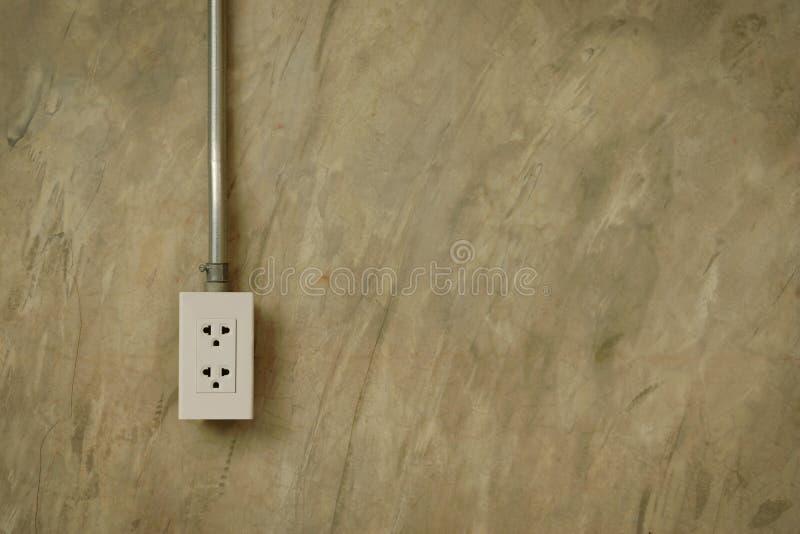 Ηλεκτρικοί αγωγοί καλωδίωσης στο γυαλισμένο τοίχο ασβεστοκονιάματος τσιμέντου, βιομηχανική έννοια ύφους σοφιτών στοκ φωτογραφίες με δικαίωμα ελεύθερης χρήσης