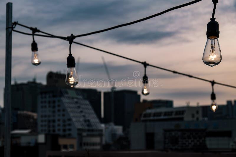 Ηλεκτρικοί βολβοί που ανάβουν επάνω στη Σεούλ, Νότια Κορέα στοκ εικόνα με δικαίωμα ελεύθερης χρήσης