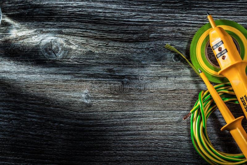 Ηλεκτρικός ελεγκτής hunk της κυλημένης ταινίας μόνωσης καλωδίων στον τρύγο στοκ φωτογραφία με δικαίωμα ελεύθερης χρήσης