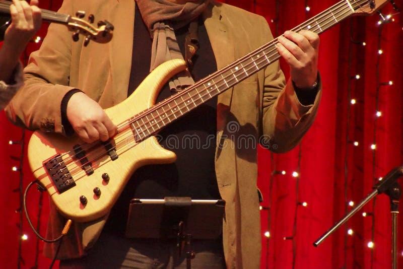 Ηλεκτρικός κιθαρίστας σε μια ελεύθερη υπαίθρια συναυλία στοκ εικόνα με δικαίωμα ελεύθερης χρήσης