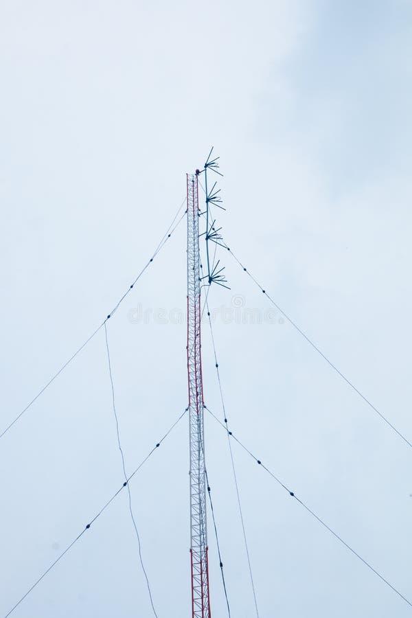 Ηλεκτρικός λάβετε τον πόλο κεραιών και το καλώδιο τηλεοπτικών σημάτων στοκ εικόνα