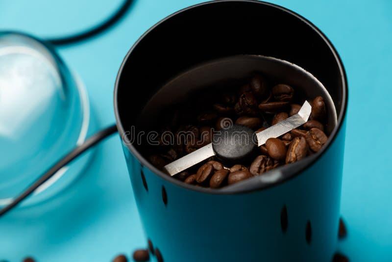 Ηλεκτρικός μύλος καφέ με τα ψημένα φασόλια καφέ στοκ φωτογραφία με δικαίωμα ελεύθερης χρήσης