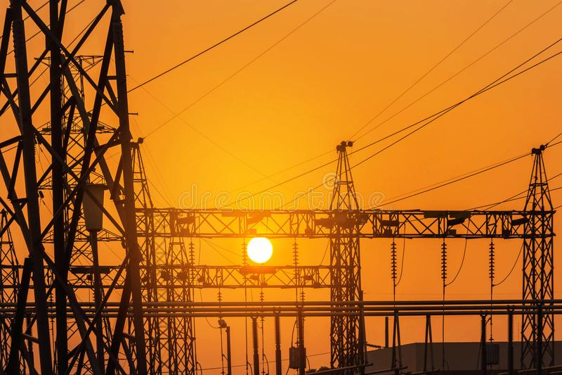 Ηλεκτρικός πυλώνας στυλοβατών υψηλής τάσης σκιαγραφιών στον υποσταθμό εγκαταστάσεων ηλεκτρικής δύναμης στο ηλιοβασίλεμα στοκ εικόνες