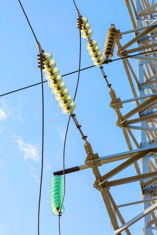 Ηλεκτρικός πύργος υψηλής τάσης ενάντια στο μπλε ουρανό στοκ εικόνες