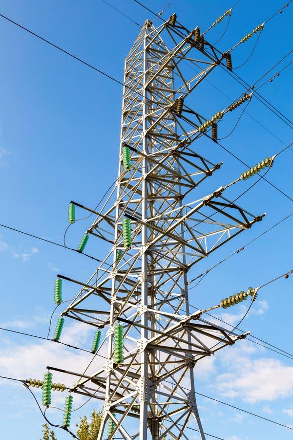 Ηλεκτρικός πύργος υψηλής τάσης ενάντια στο μπλε ουρανό Transmis δύναμης στοκ φωτογραφίες με δικαίωμα ελεύθερης χρήσης