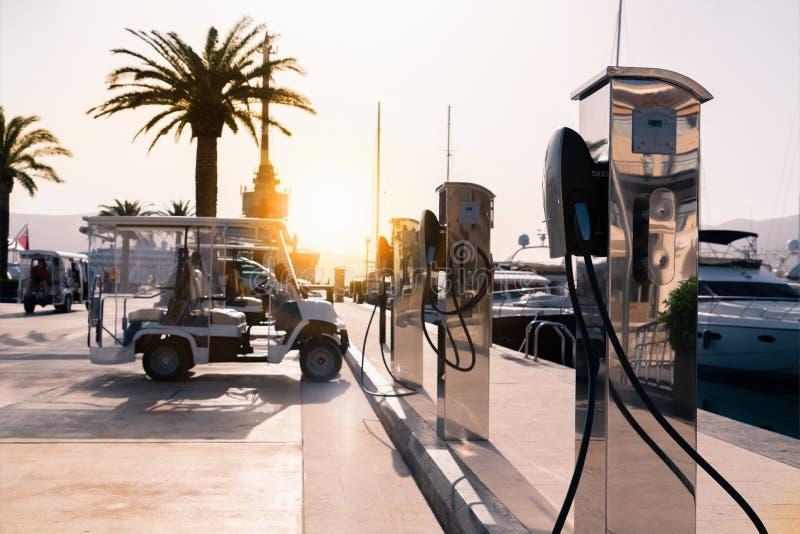 Ηλεκτρικός σταθμός χρέωσης αυτοκινήτων στοκ εικόνες με δικαίωμα ελεύθερης χρήσης